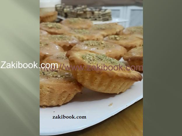 تارت البسبوسة من أشهى أنواع الحلوى العربية هي البسبوسة, في هذه الوصفة سندمج الوصفة العربية البسبوسة مع الوصفة الأجنبية التارت