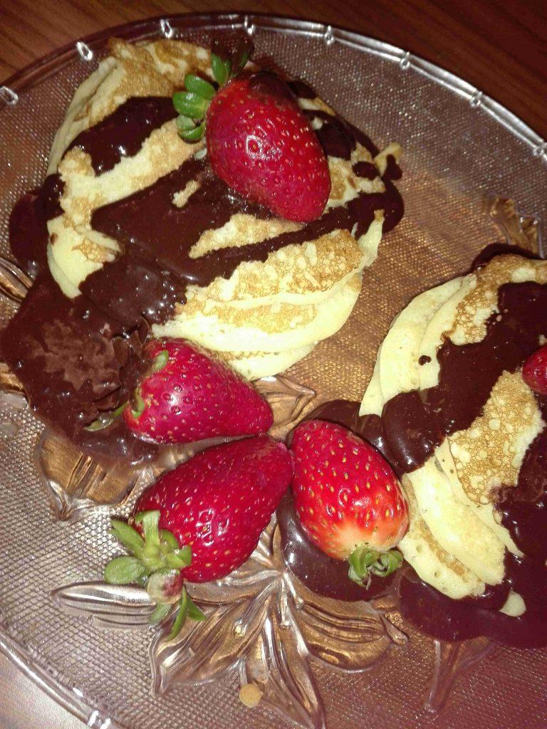 بان كيك مع صوص الشوكولاته البيتي الصنع فطور سهل وسريع ومغذي للأطفال