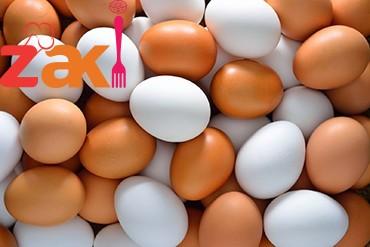 لتعم الفائده ياااامنات😋😋 🐣🐣🐣🐣🐣🐣 🌼احذر غسل البيض بعد شرائه هل تعلم لماذا😮😮 الكثير من الأشخاص يقومون بغسل البيض ثم يقومون بوضعه في الثلاجة سواء في البيوت أو المحلات ( مطاعم ، مخابز...). 🌼والمختصون ينصحون بعدم القيام بذلك لان قشرة البيضة تحتوي عدة مسامات( فتحات صغيرة مجهرية) تكون مغلقة وذلك لتجنب دخول الجراثيم وتلوث البيضة من الداخل خصوصا عندما تكون تحت الدجاجة ( سبحان لله). 🌼وبمجرد قيامنا بغسلها بالماء تنفتح هذه المسمات وتكون عرضة للتلوث والفساد خصوصا إذا طالت مدة الاحتفاظ بها في الثلاجة وتكرار فتح الاخيرة طوال اليوم. وغاالبا ما يكون هذا الامر هو السبب الرئيسي للتسممات الغذائية الجماعية( الاعراس و العزومات ، المطاعم ، مطاعم المدارس،محلات الحلويات ...الخ.) والتي يكون فيها البيض المادة المشتركة والاكثر استعمالا. 🐣🐣🐣🐣🐣🐣🐣 لذلك ينصح بعدم غسل البيض إلا في وقت استعماله أي انك إذا غسلته فعليك باستعماله فورا