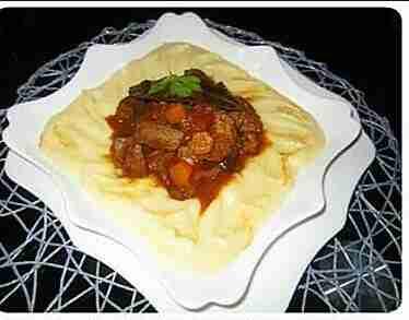 بطاطا بوري مع اللحم بصلصة الطماطم