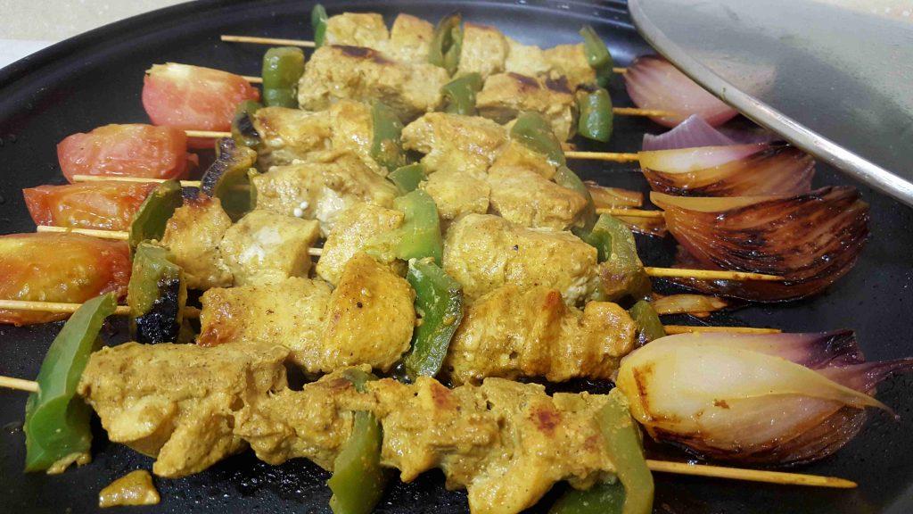 اوصال الدجاج بالكاري مع الرز الملون