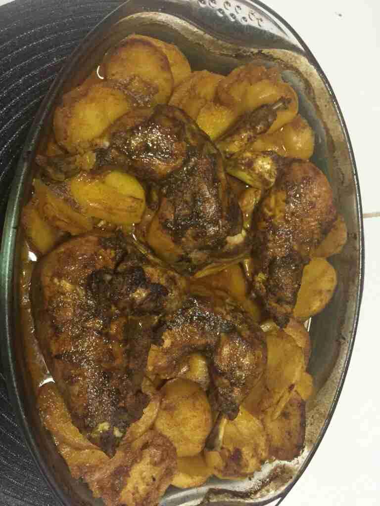 صينية الدجاج بالبطاطا والثوم والليمون