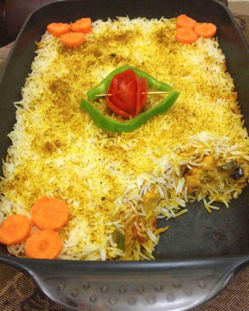 صينية مدفون الدجاج والخضار بالأرز ملكة الأرز