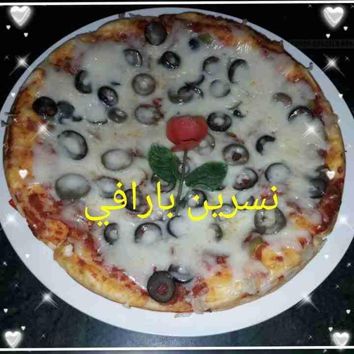 معكم صديقة زاكي الشيف نسرين بارافي يسعد اوقاتكم ياحلوين عملت بيتزا بتشهي