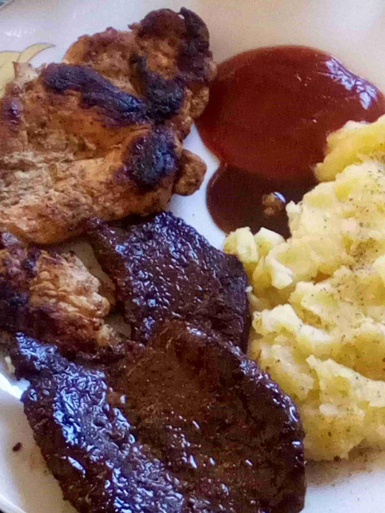 ستيك لحم وستيك دجاج مع بطاطا مهروسة ولا أروع