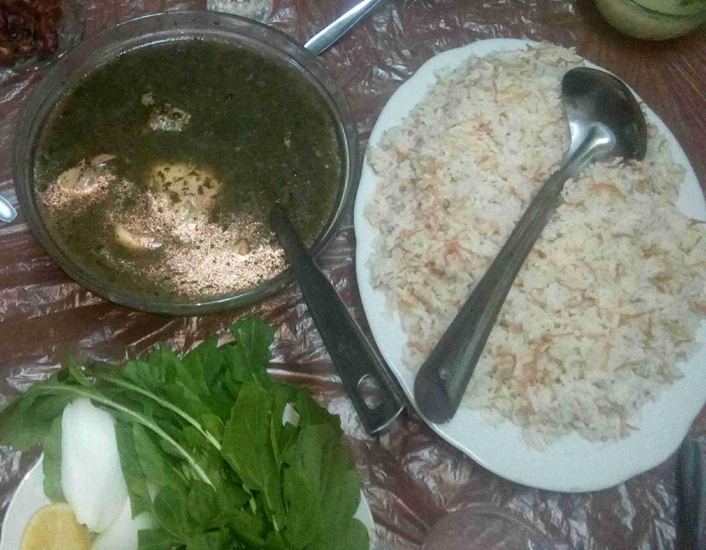 ملوخية ناعمة بالدجاج مع الأرز بالشعيرية