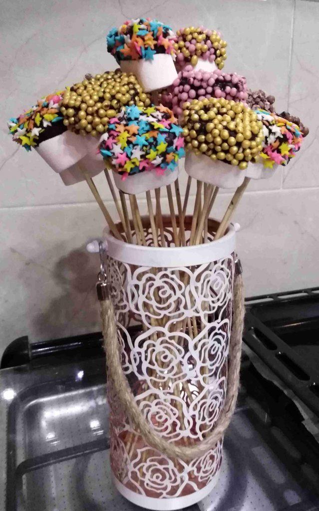عيدان المارشميلو المغطسة بالشوكولاته والسبرينكلز