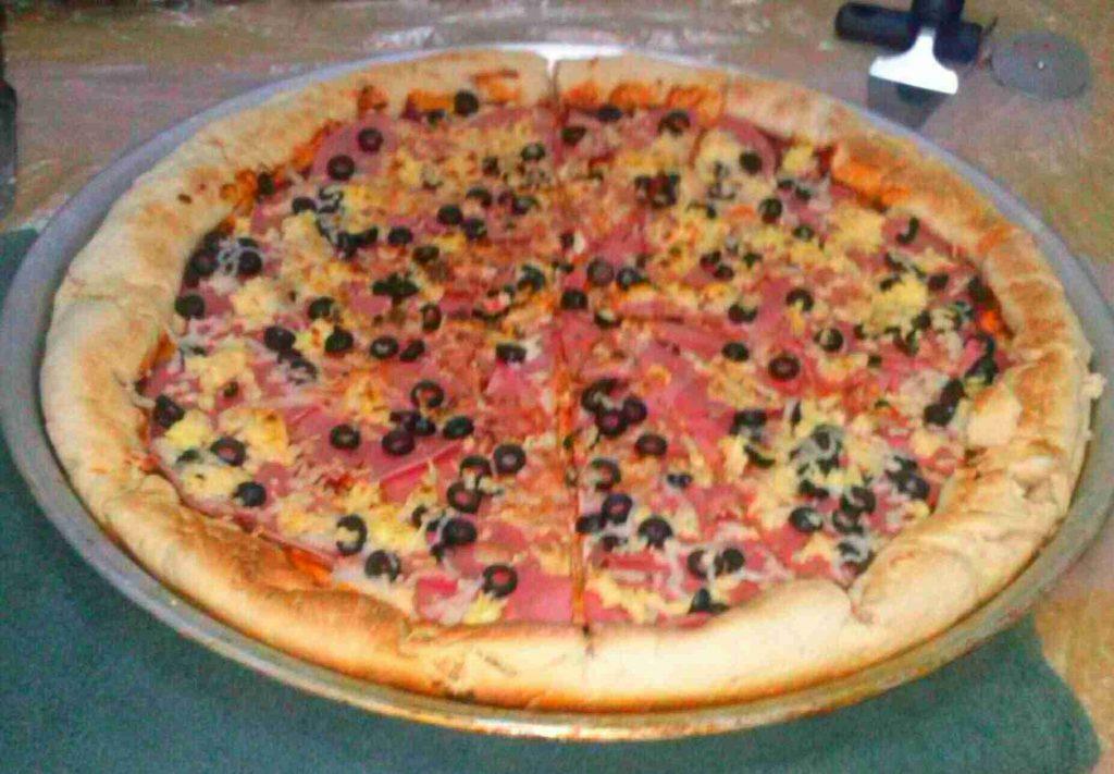 بيتزا مالحة وحلوة ومعجنات دجاج بالجبنة
