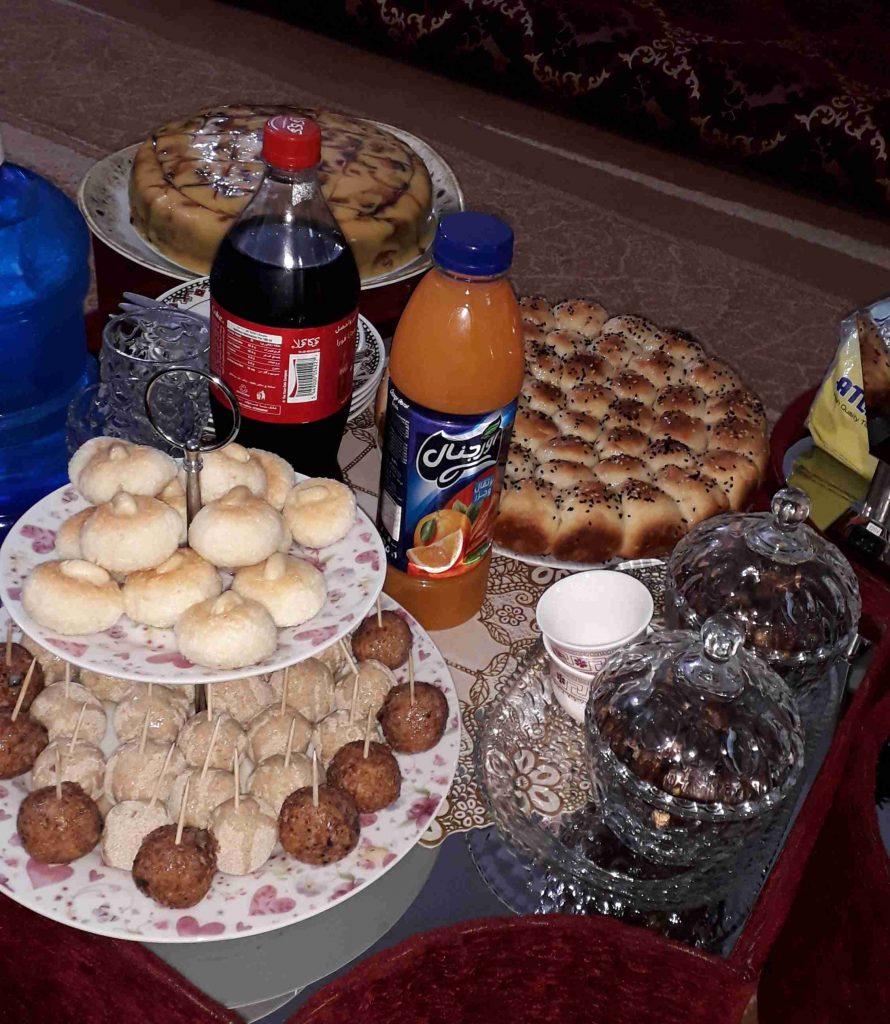 كرات جوز الهند وكيكة الكريم كراميل وكيكة البرتقال