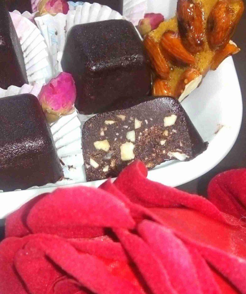 الشوكولا الصلبة المنزلية سادة ومحشية وعيدكم مبارك